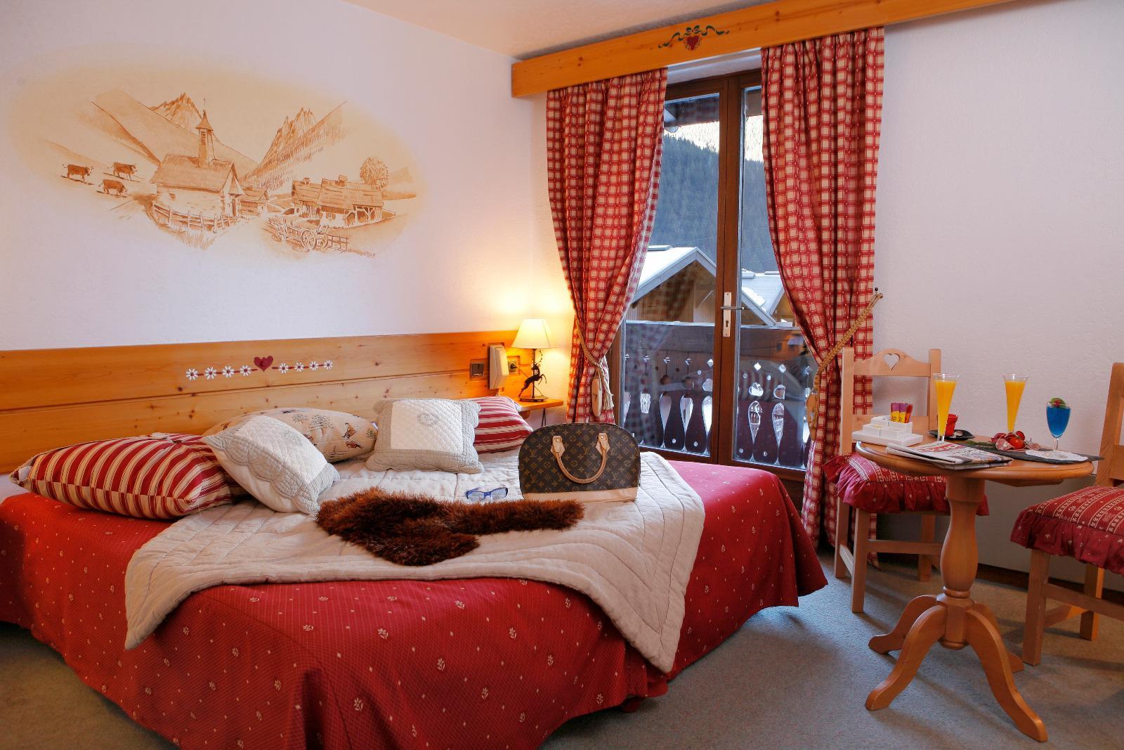Hôtel-restaurant de dix-huit chambres à la vente donnant sur la place centrale des Houches. Surface de 996.29 m² distribuée sur cinq