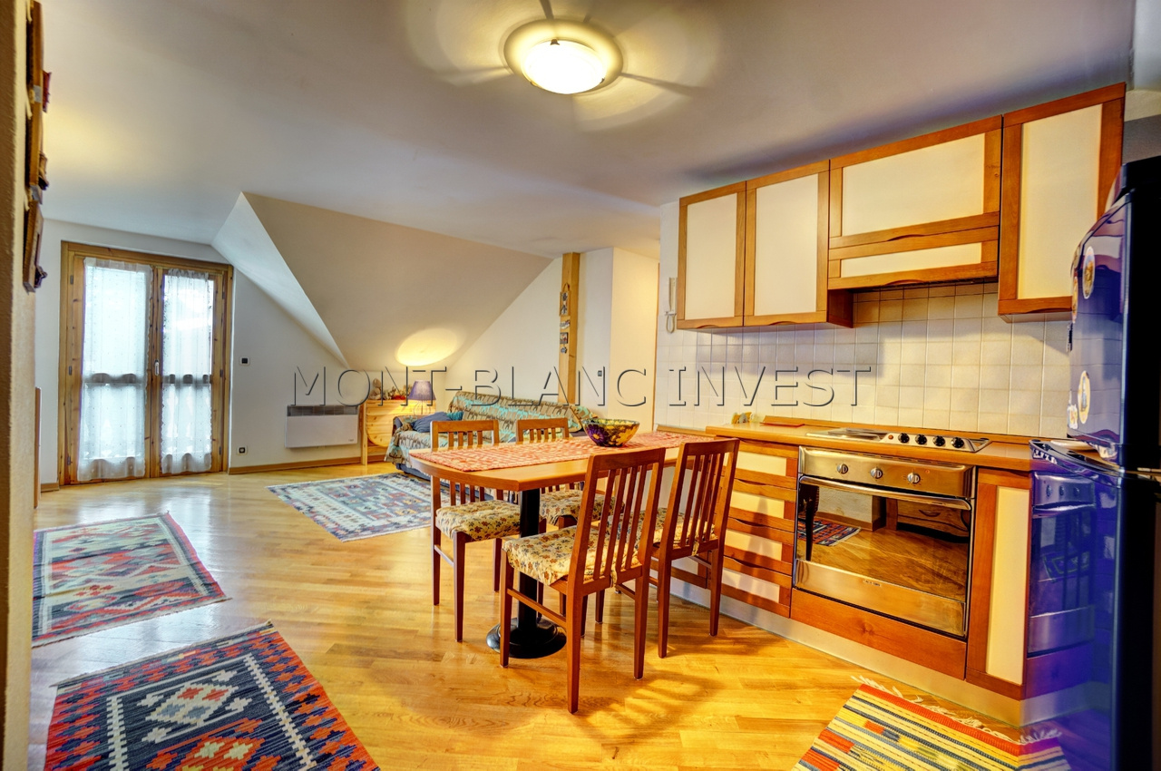 <p>On the top floor of a pretty residence building in the centre of Les Houches, built in 1999, charming 38m2 plus