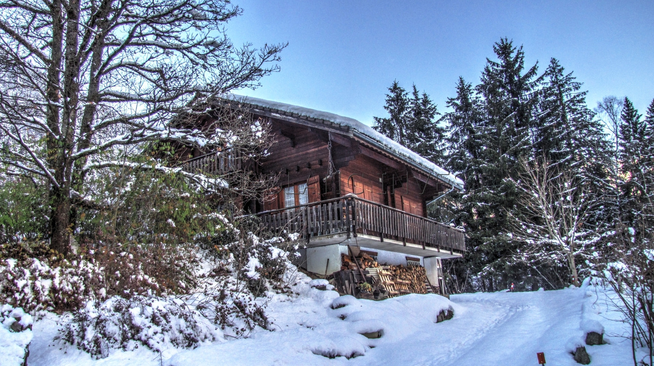 5 minutes by car from the centre of Les Houches and Servoz, this wooden chalet for sale is located in an