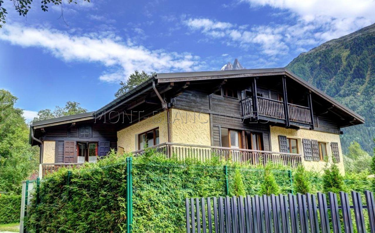 <p>On the edge of La Plaine des Praz this 300m2 chalet for sale is on 3 floors and is currently comprised