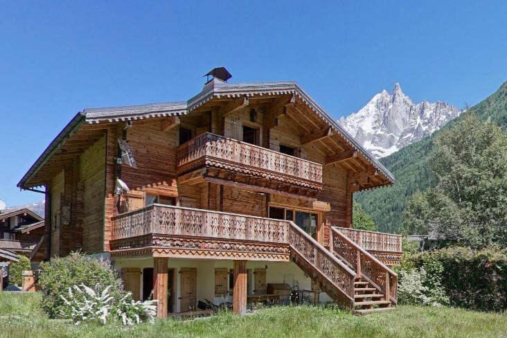 In a plot of 1240m2 on the plain of Les Praz with its superb view of Mont Blanc, this 203m2 wooden