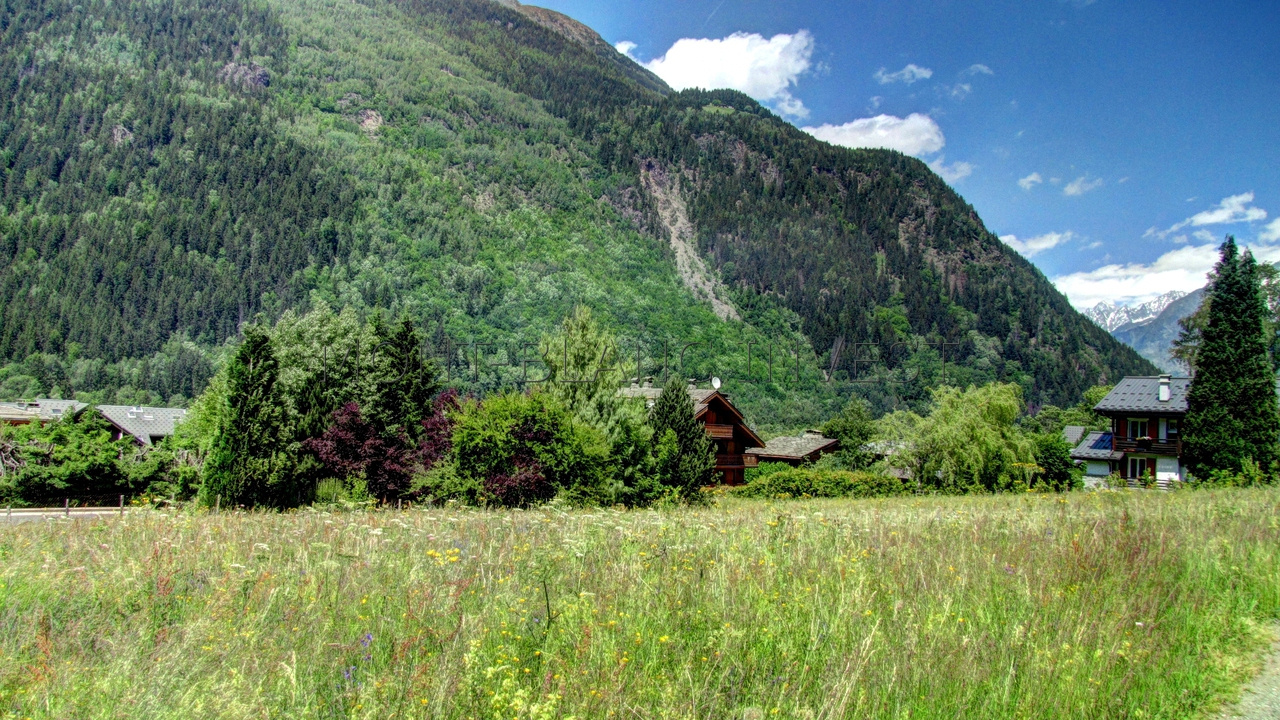 In Les Houches, lovely building plot of 1400m2 for sale with a build coefficient of 0.20, allowing for construction of a