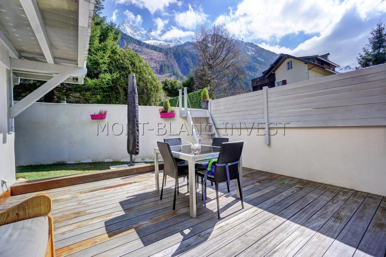 <p>In a small residence building constructed in 2013 just 5 minutes from the station and the place du Mont-Blanc of Chamonix,