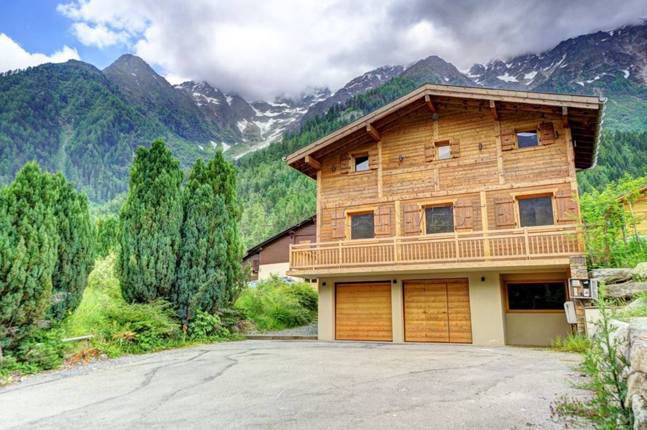 <p>In a quiet and residential part of Les Houches, this semi detached chalet will have been completely renovated by August 2017.</p><p>The