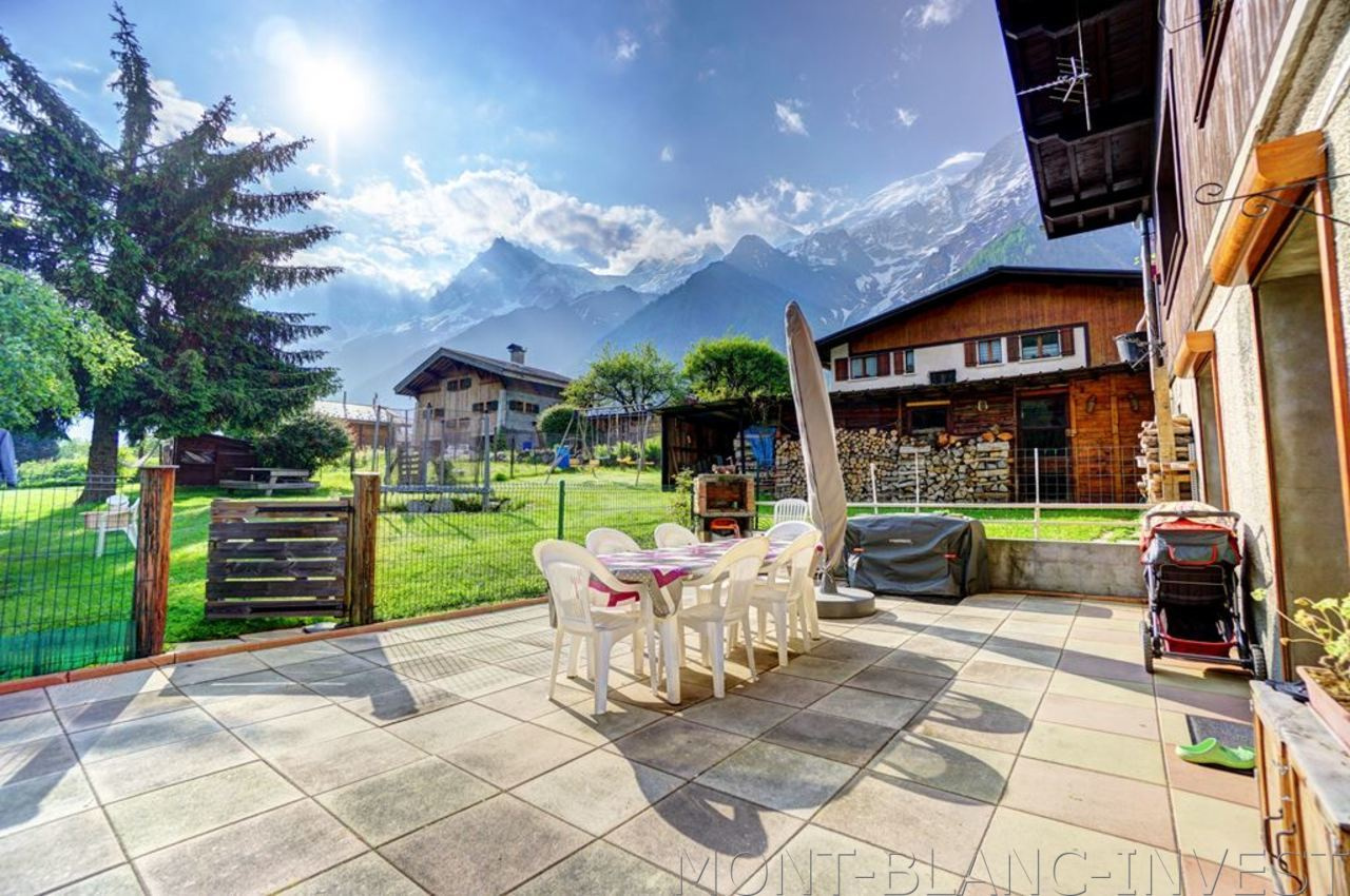 <p>Close to the village centre of Les Houches in a chalet comprising just 2 apartments, this 3 room garden flat of