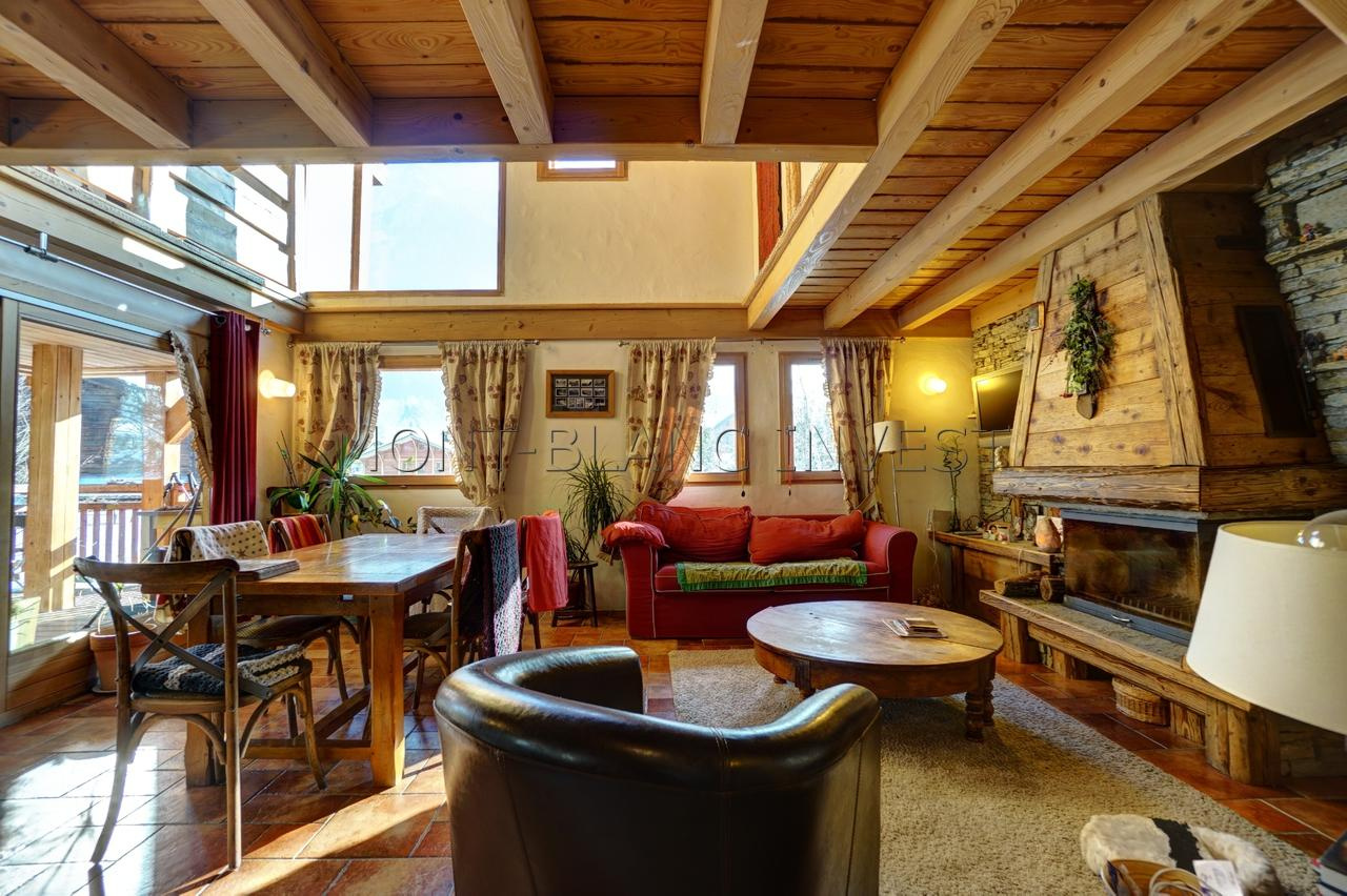 <p>Set in a magnificent chalet of 240m2 this charming flat for sale is on 3 floors in the quiet mountain village