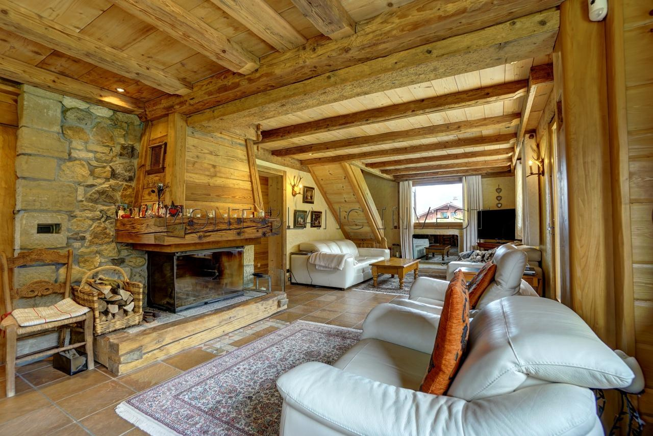 <p>In a quiet sector of Les Houches close to the centre and 5 minutes from the lifts, this chalet to buy