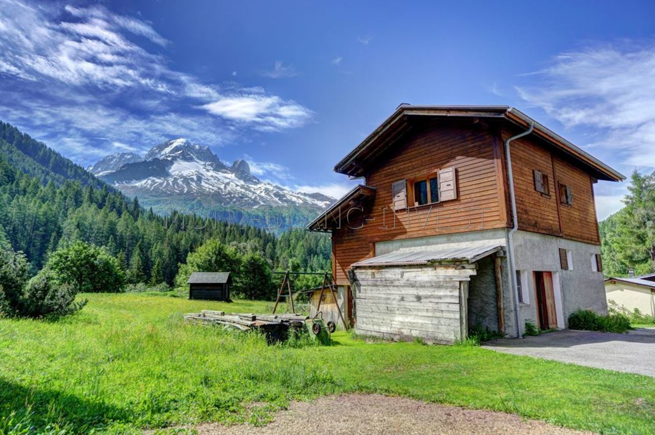 <p>Close to Montroc, in the upper part of the valley, this 75m2 semi-detatched chalet. In an uspoilt and authentic location the
