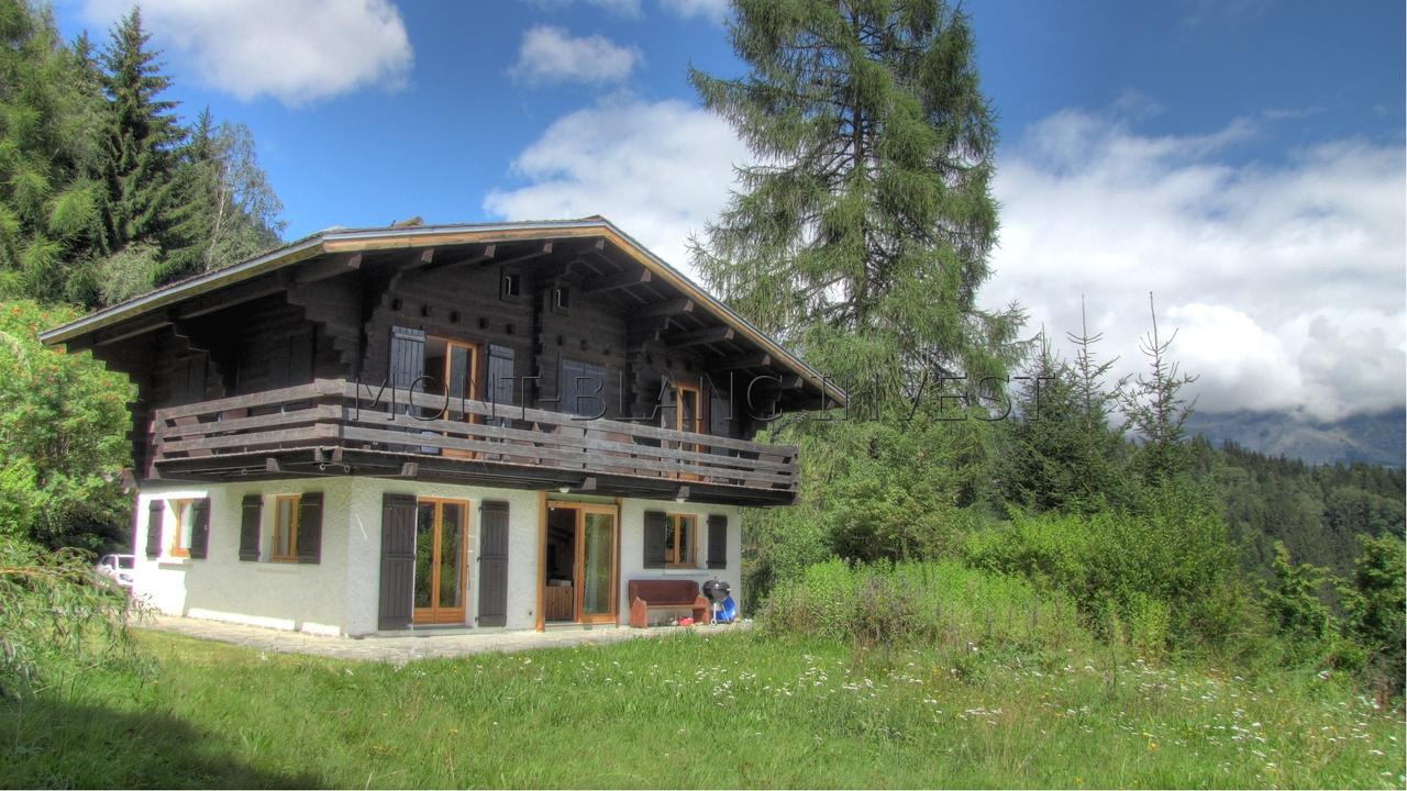 Located in the popular sector of Les Chavants with spectacular views of Mont Blanc, this chalet to buy is on a