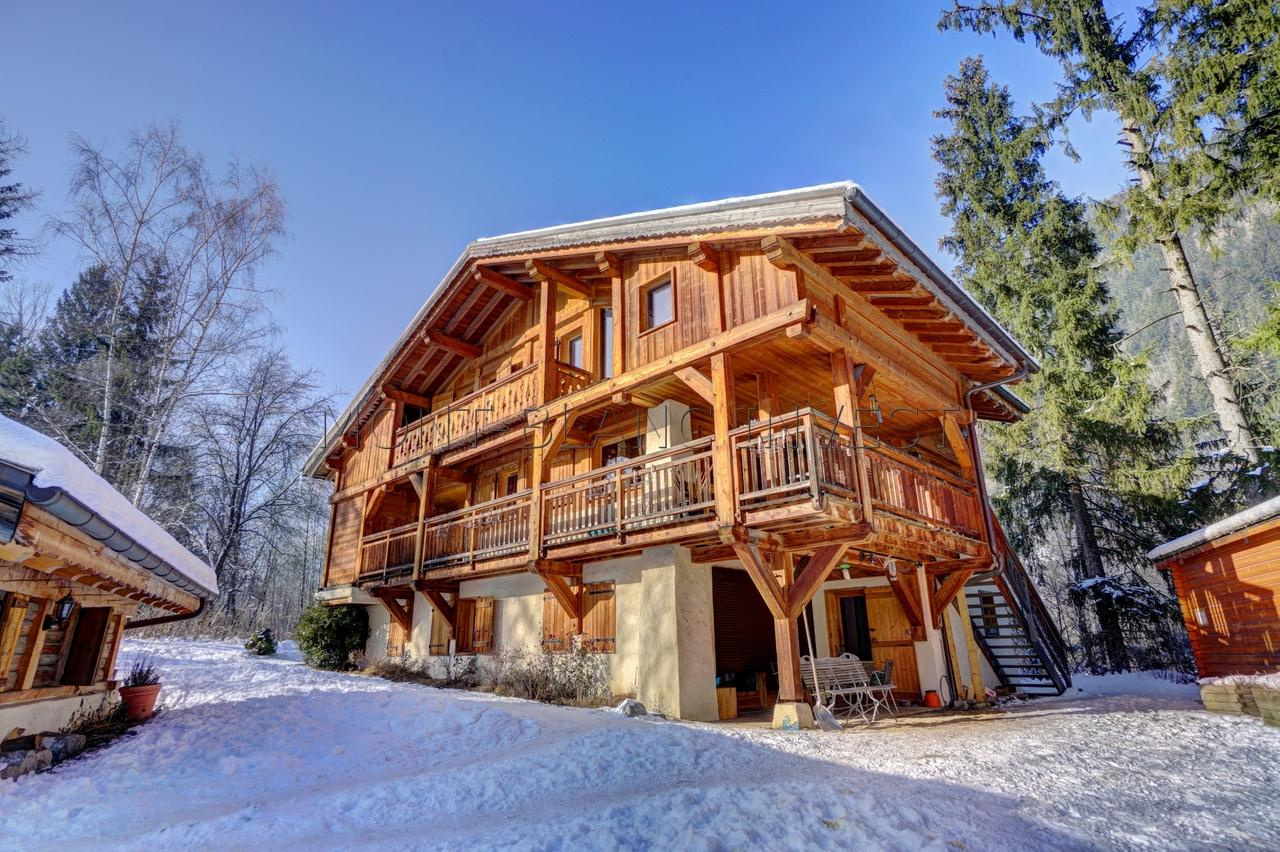 <p>In les Houches, just 10 minutes drive from Chamonix, in&nbsp; a quiet setting, close to buses and with easy access, this
