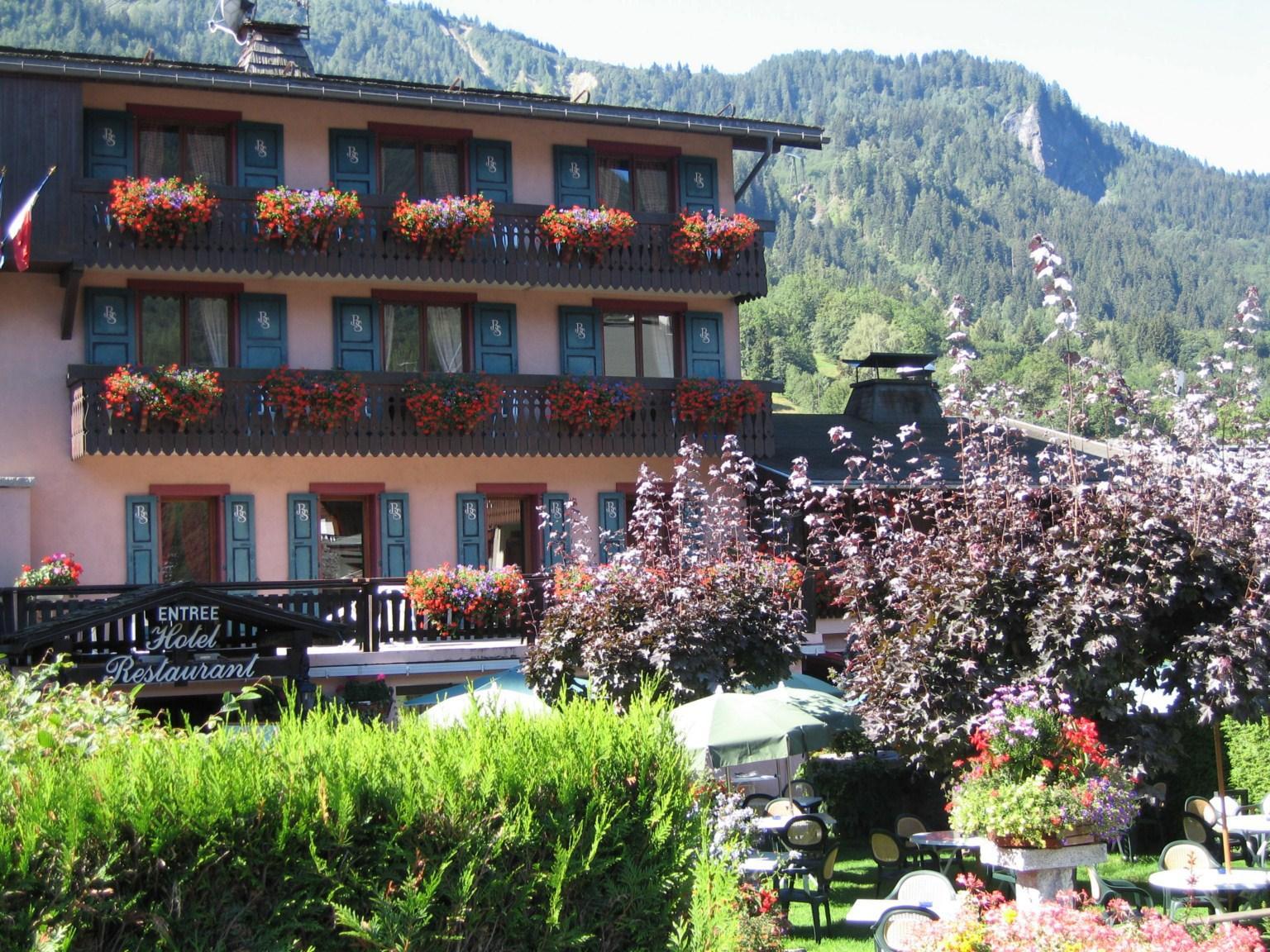 Hôtel restaurant de dix-huit chambres à la vente donnant sur la place centrale des Houches. Surface de 996.29 m² distribuée sur cinq